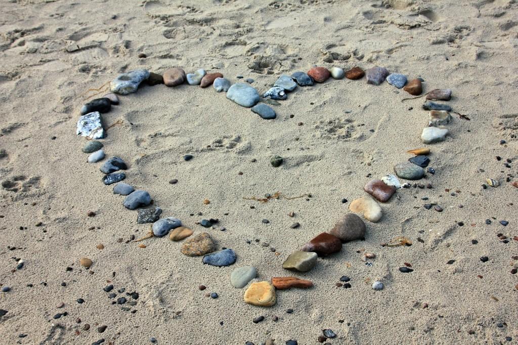 herz aus steinen am strand