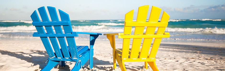 blauer und gelber stuhl am strand