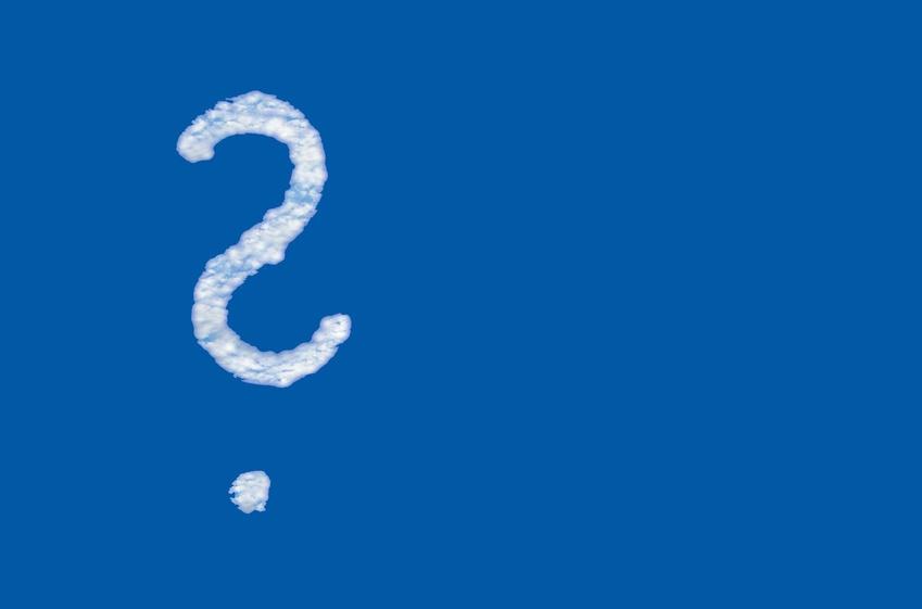 Fragezeichen am blauen Himmel